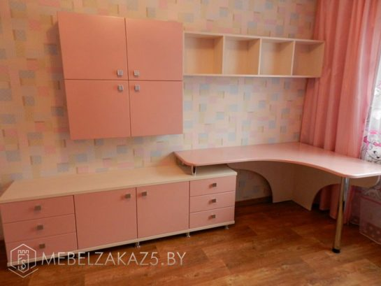 Навесные шкафчик и полка с тумбой и письменным столом в комнату для девочки
