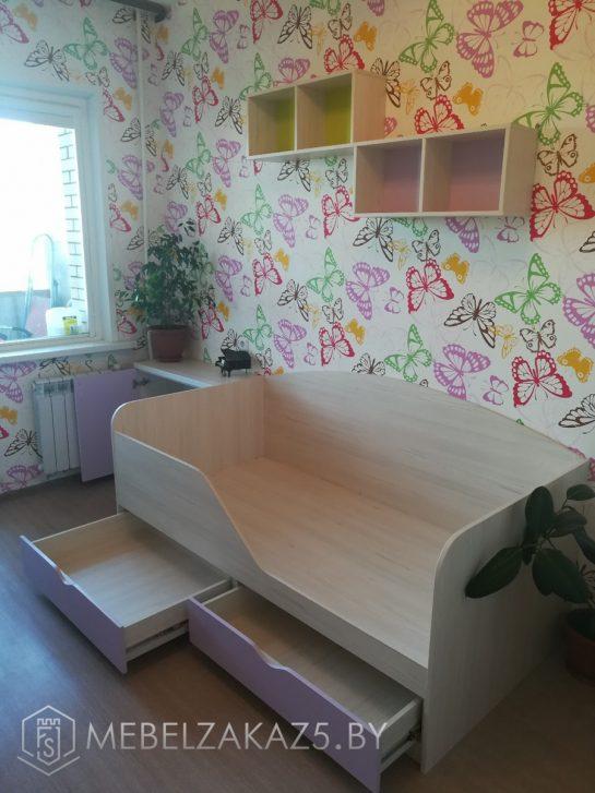 Кровать с выдвижными ящиками и декоративными полками в детскую для девочки