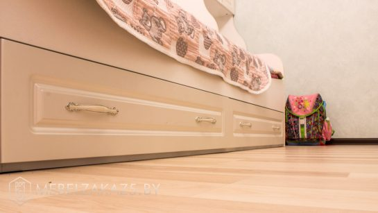 Детская кровать с выдвижными ящиками бежевого цвета для девочки
