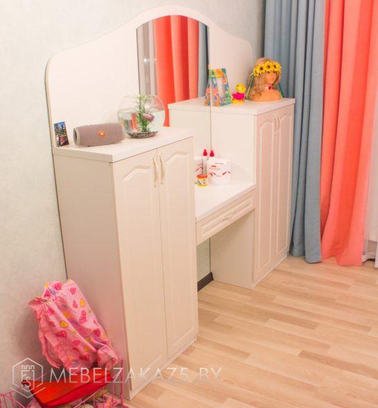Туалетный столик с зеркалом в детскую для девочки