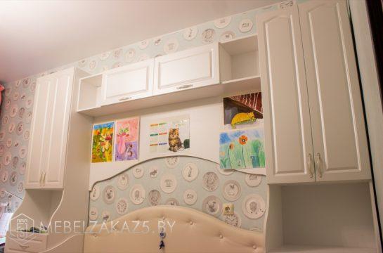 Шкафы-пеналы с навесными шкафами в детскую для девочки