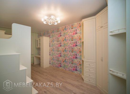 Распашной шкаф и шкаф-пенал с рабочей зоной в детскую для девочки
