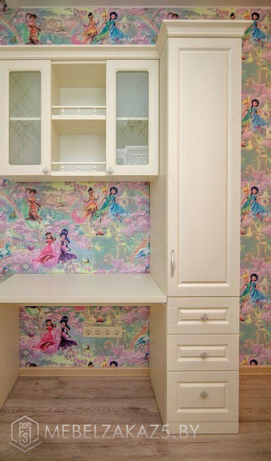 Письменный стол с навесным шкафчиком в комнату для девочки