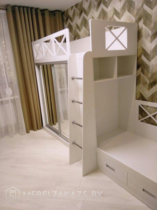 Двухъярусная кровать в детскую комнату для двоих со шкафом-купе