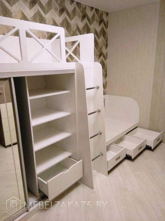 Двухуровневая кровать в детскую для двоих со шкафом-купе