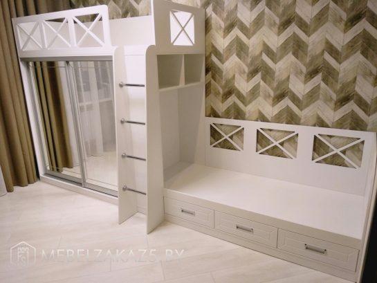 Двухэтажная кровать в детскую для двоих с зеркалом