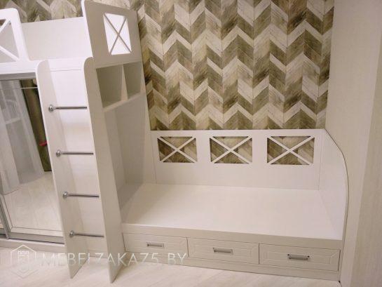 Двухуровневая кровать в детскую для двоих с зеркалом