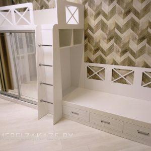 Двухъярусная кровать в детскую для двоих с зеркалом
