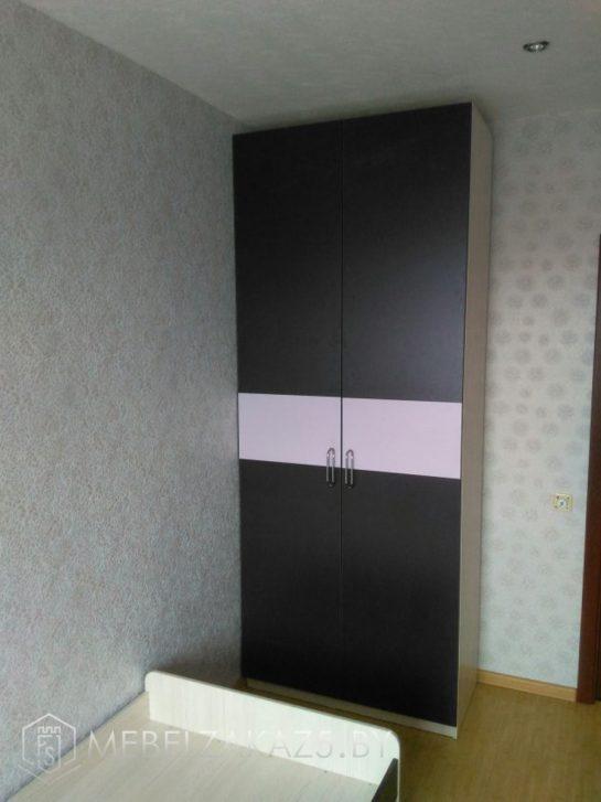 Распашной шкаф-купе черно-розового цвета в детскую