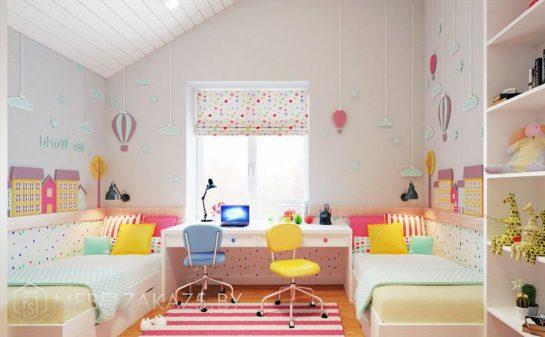 Яркая детская комната для двоих детей старше трех лет