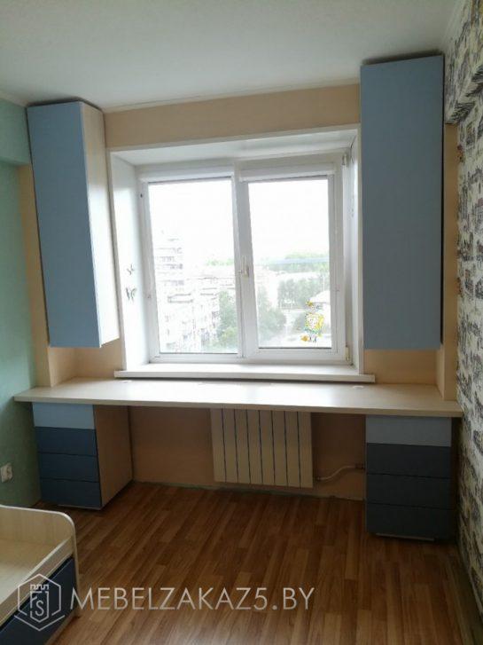 Письменный стол и навесные шкафчики в детскую для двоих