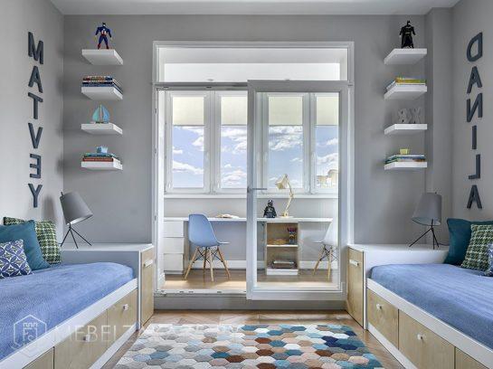 Детская комната для двоих детей с рабочей зоной на балконе