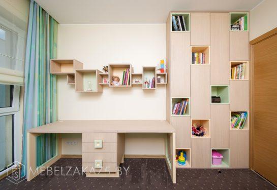 Письменный стол с распашным шкафом и декоративными полками в комнату для двоих