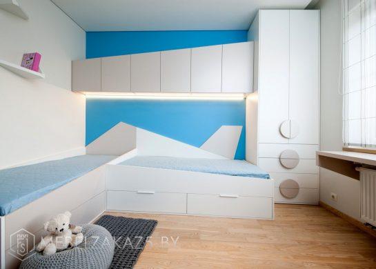 Бело-голубая мебель в детскую для мальчика