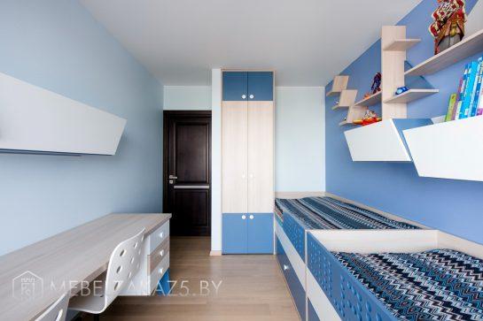 Узкий распашной шкаф с декоративными полками и кроватью в детскую для мальчика