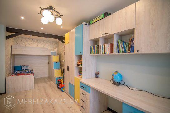 Рабочая зона в комнату для мальчиков с навесными шкафчиками и распашным шкафом