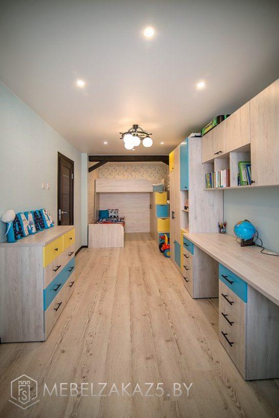 Комплект мебели в комнату для мальчиков с кроватями, тумбой и рабочей зоной