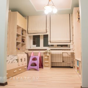 Современный светлый набор мебели в детскую для мальчика
