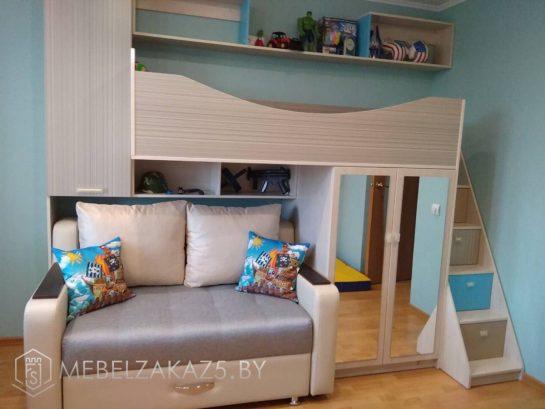 Кровать-чердак в детскую для мальчика со встроенным распашным зеркальным шкафом