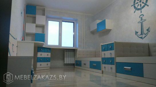 Бело-голубой комплект мебели в детскую для мальчика