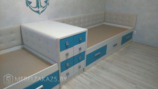 Две кровати в детскую для мальчика зонированные приставной тумбой