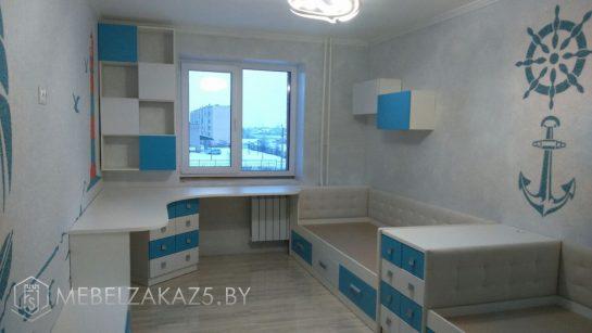 Современный набор мебели в детскую для мальчика в бело-голубом цвете