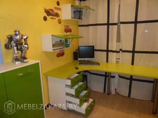 Яркий письменный стол в детскую для мальчика