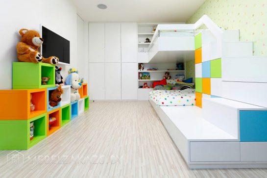 Современная корпусная мебель для мальчика с яркими напольными декоративными полками