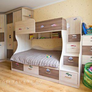 Угловой шкаф-купе с двухуровневой кроватью и приставной тумбой в комнату для мальчика