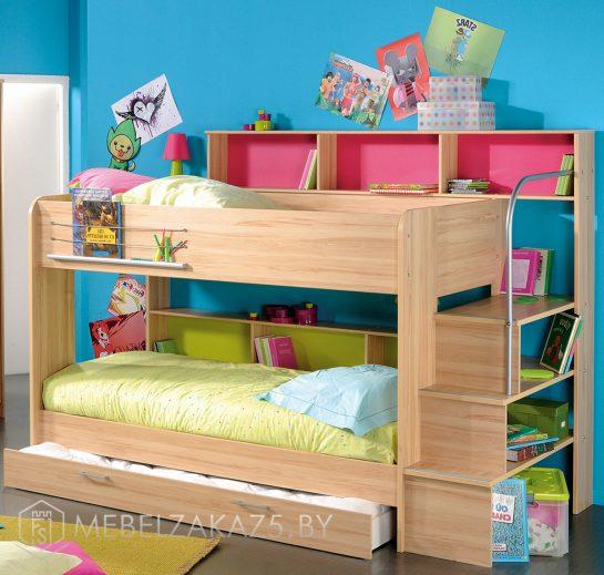 Яркая детская двухъярусная кровать с выдвижными ящиками и навесными полками