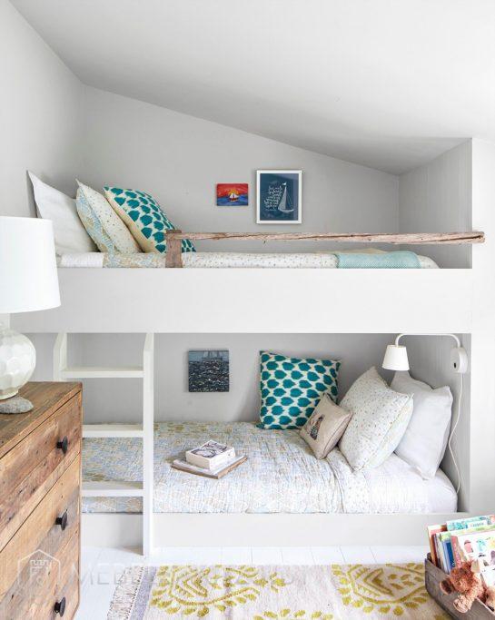 Встроенная в стену двухъярусная кровать в детскую