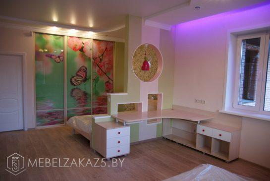 Яркий набор мебели с рисунком в комнату для детей от 3-х лет