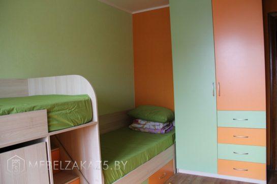 Яркий распашной шкаф в комнату ребенка трех лет