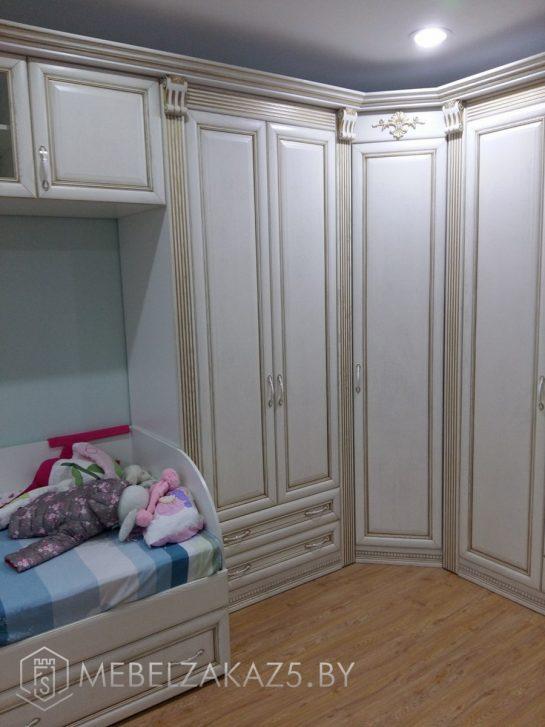 Угловой шкаф с распашными дверями в комнату ребенка трех лет