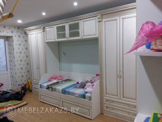 Набор мебели в классическом стиле в комнату трехлетнего ребенка