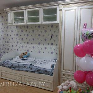 Детская кровать с навесным шкафчиком и распашным шкафом в комнату трехлетнего ребенка