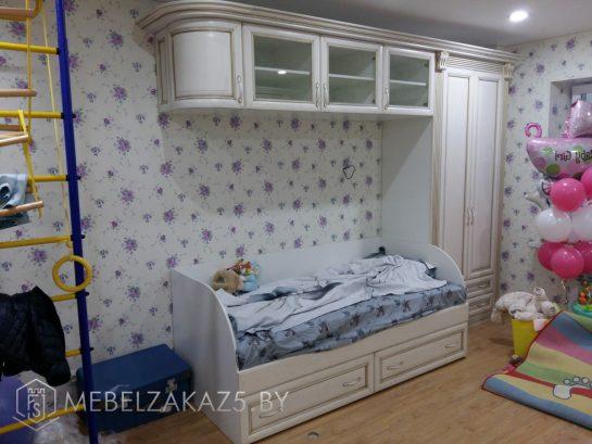 Односпальная детская кровать с навесным шкафчиком в комнату ребенка 3х лет