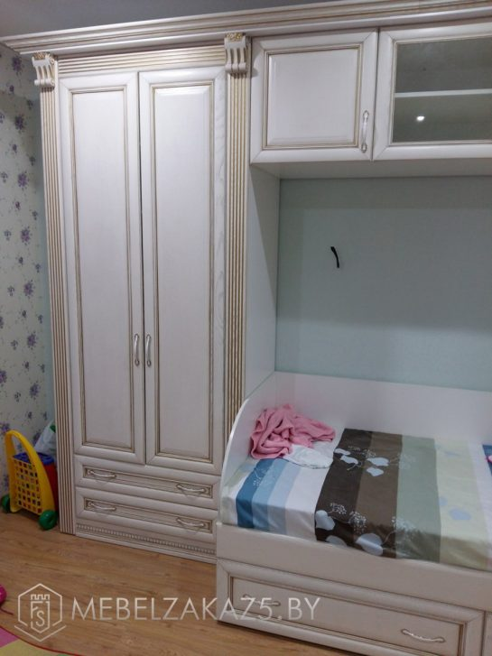 Узкий распашной шкаф с кроватью в комнату ребенка трех лет