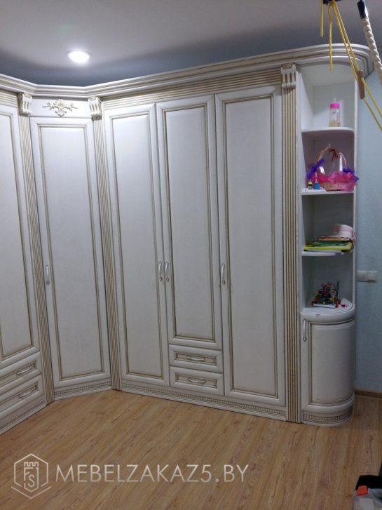 Угловой распашной шкаф в комнату ребенка 3х лет