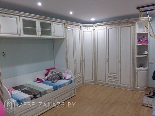Детская кровать с угловым распашным шкафом в комнату ребенка 3х лет