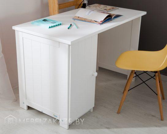 Белый письменный стол со шкафчиком в детскую трехлетнего ребенка