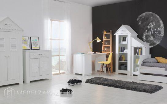 Современный комплект мебели в белом цвете в комнату трехлетнего ребенка