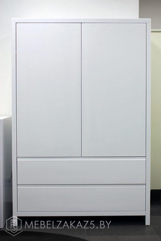 Небольшой современный распашной шкаф в детскую трехлетнего ребенка