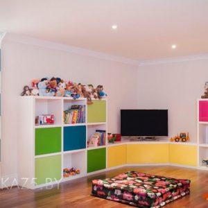 Яркий цветной комплект мебели в детскую для детей от трех лет