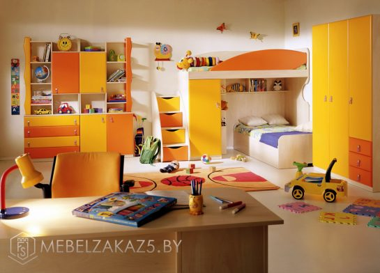 Яркий комплект мебели для детей от трех лет