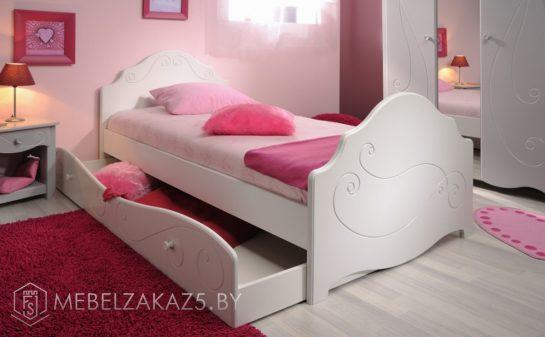 Маленькая детская кровать для девочки от трех лет с выдвижным ящиком