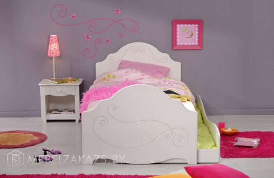 Маленькая современная детская кровать для девочки от трех лет
