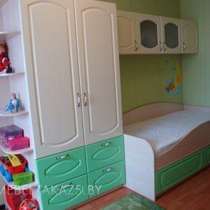 Односпальная кровать с распашным шкафом в детскую для трехлетнего ребенка