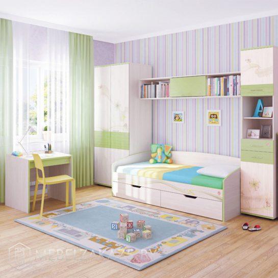 Светлый комплект корпусной мебели в комнату трехлетнего ребенка