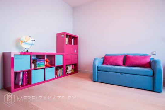Стеллаж в детскую для девочки ярко-розового цвета с синими вставками